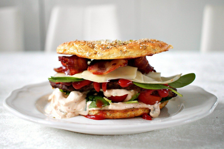 LCHF: hamburger med brød og dressing