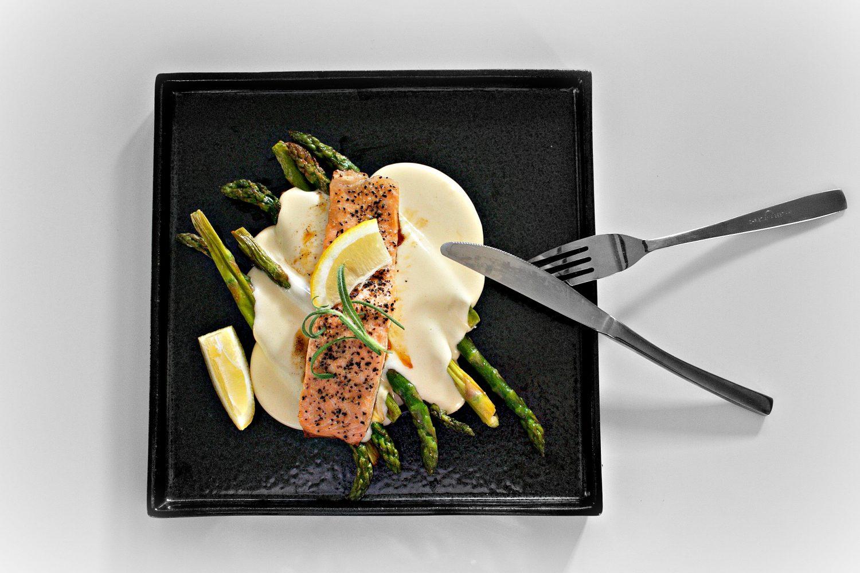 LCHF: stekt laks med asparges og ostesaus